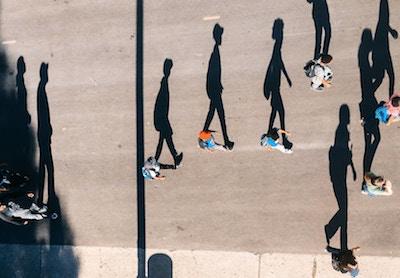 歩く人々と影